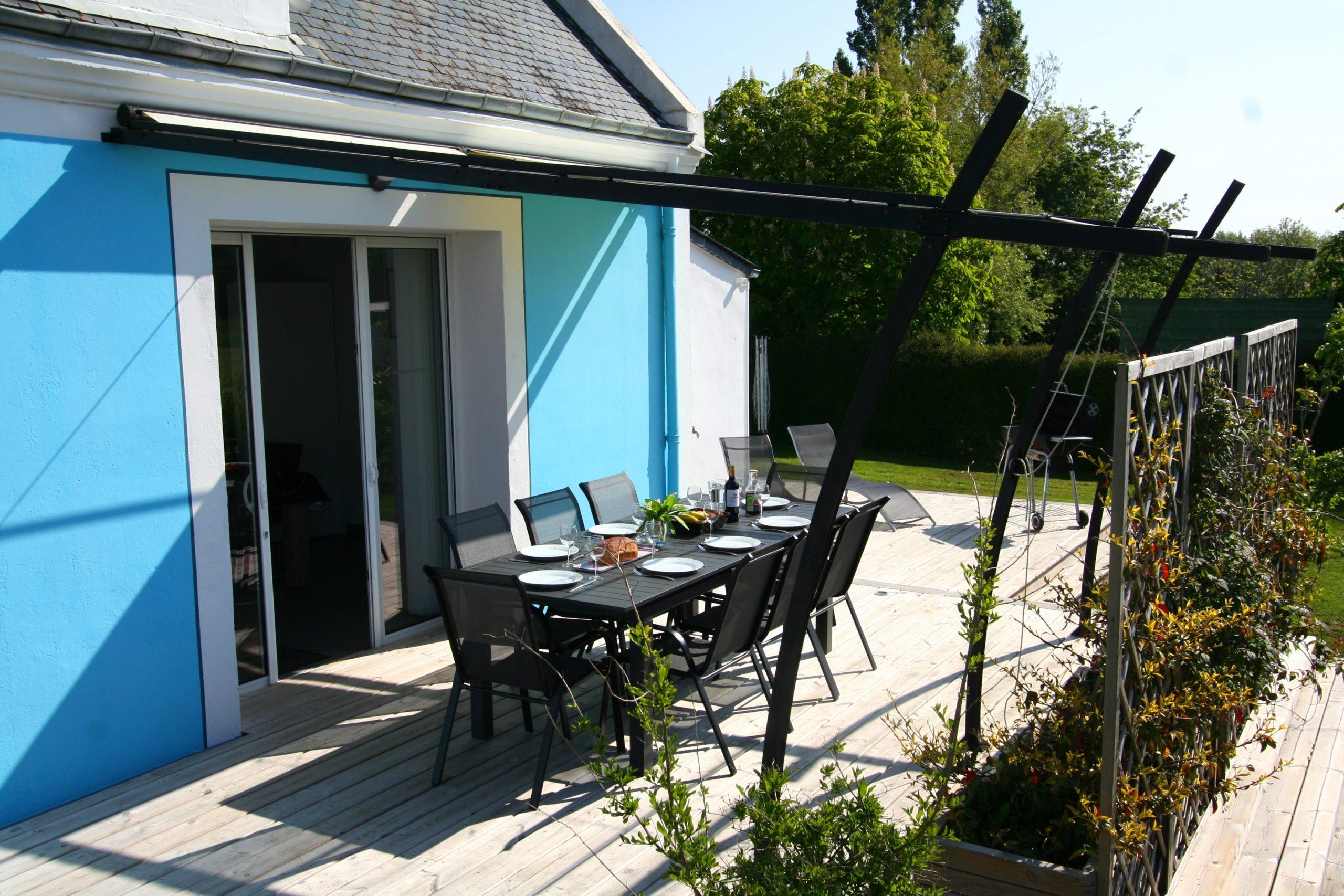 La terrasse de la maison exposée plein sud avec les tonnelles ajustables